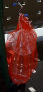大きなペットボトルによるSIMERUS水やりテープ(タレ瓶活用型)による給水器 吊り下げ方法